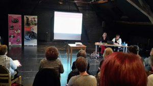 Photo du fond de la salle de l'Oiseau-mouche, journée TEATSA, Catherine et Laurence présentant le projet