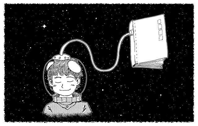Enfant avec casque de cosmonaute, les yeux fermés. Le casque est branché à un livre. Le fond est étoilé. L'image en noir et blanc.