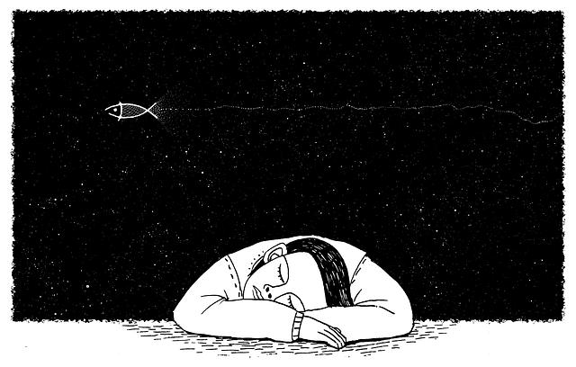 Personne endormie, assise, les bras croisés, la tête entre les bras. Image en noir et blanc. Fond ciel étoilé, moucheté traversé par un poisson volant.